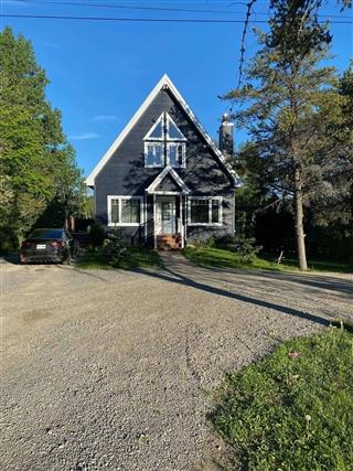 One-and-a-half-storey house for sale, Saint-Mathieu-de-Rioux